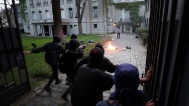 Encapuchados ingresaron hasta los jardines de la embajada argentina en Chile y causaron daños con gomeras, piedras y bombas molotov.