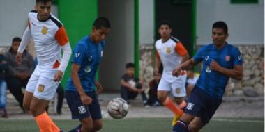 """Darío Contreras (Mar-Che) y Pablo Fierro (Racing Club) observan el balón. El """"Naranja"""" avanzó por penales."""