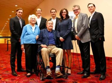 Bush, en silla de ruedas, junto a su esposa Barbara (también fallecida) y un grupo de actores en 2014.