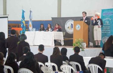 El simulacro de las Naciones Unidas se lleva adelante en el SUM de la Escuela Nº 710.
