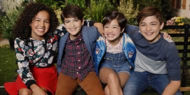 Andi Mack (la niña del centro) y su amigo Cyrus (centro), se disputan el amor de otro adolescente en la ficción de Disney Channel.