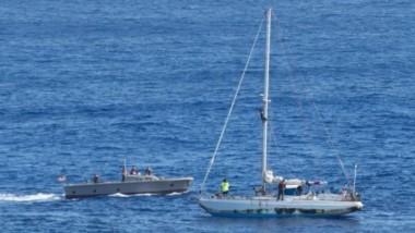 La marina estadounidense llegó al rescate un día después de que el pequeño velero fue visto por un barco pesquero.