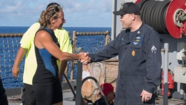 El comandante en jefe del USS Ashlanda, Gary Wise, le da la bienvenida a bordo a Jennifer Appel.