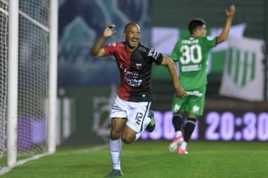 Diego Vera anotó el tanto de Colón en el Florencio Sola.