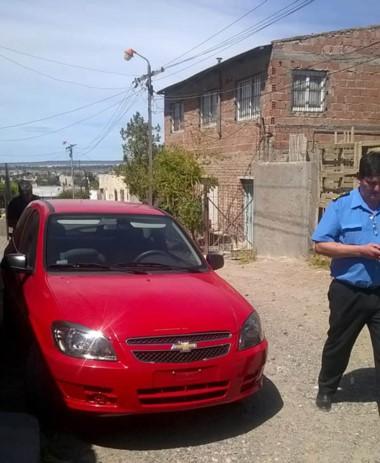 Momentos en que la Policía hallaba el automóvil usado por los cacos.