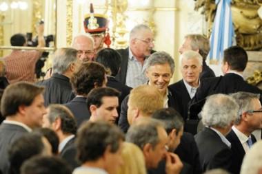 Diálogo. Junto con un granadero, García se hizo un rincón para una charla de gestión con Frigerio.