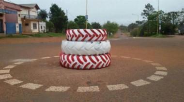 """La polémica rotonda de """"bajo costo"""" inaugurada por el intendente de Santo Tomé, en Corrientes."""
