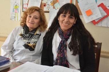 Sandra Manquel y Adriana Arza, directora y vice de la Escuela 5. El 14 es la peña solidaria.