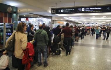 A los 50 vuelos cancelados este lunes, entre domésticos, regionales e internacionales, se deben sumar los 330 previstos para el martes.