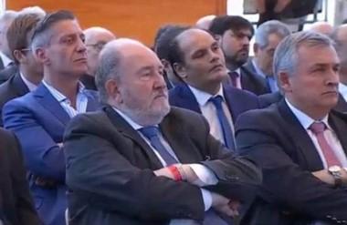 Atento. Arcioni escucha los ejes de política oficial que ayer explicó al país el presidente Mauricio Macri.