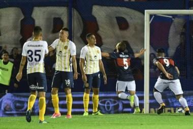 Menossi festeja el gol de Tigre en el primer tiempo.