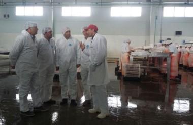 Uniformes. La comitiva de Cambiemos pasó por una conocida planta procesadora de la ciudad petrolera.