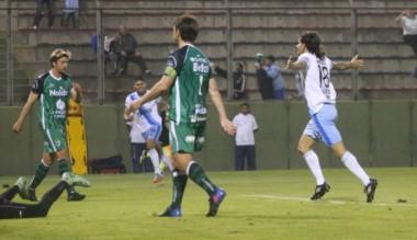 Festejo de Blanco, que anotó su primer gol con la casaca del Decano, que goleó y sigue en la Copa Argentina.