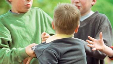 El chico que fue víctima del abuso fue encerrado en el baño por dos alumnos de sexto grado, que lo obligaron a besarlos, le bajaron el pantalón y lo manosearon.