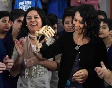 La médica junto a los alumnos y profesores que diseñaron la prótesis que implica un cambio en su vida.