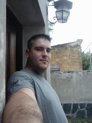 Julián Di Paolo (26) derribó el portón de una casa en Coronel Pringles con su camioneta y mató a su ex. (Facebook)