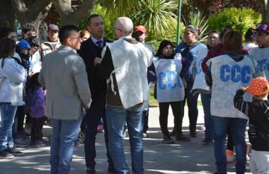 Reclamo. El secretario Castillo cruzó hasta la plaza para escuchar los pedidos del grupo de militantes.