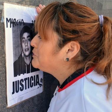 Dolor. Zulma Díaz, madre de Lucas, besa una postal de su hijo.