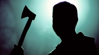 Al ser descubierto, el homicida agarró un hacha con la que primero, mató a su madre y después hizo lo mismo con su hermano, que estaba en la cama.