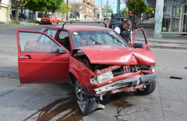 La colisión entre un VW Senda y un Chevrolet Vectra se produjo en la esquina de Matthews y Sarmmiento.