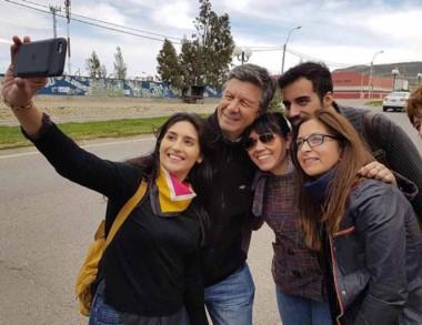 Selfie. Una de las recorridas de Menna, que se retrató con militantes.