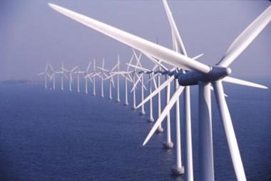 Los parques eólicos oceánicos serían mucho más potentes porque la resistencia de las turbinas eólicas no ralentizaría los vientos tanto como lo hacen en tierra.