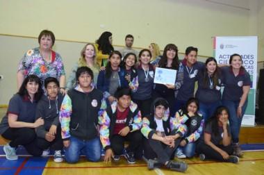 """Festejo de los chicos de la Escuela 55 de Treorki, destacado por """"Agasajo al  Ajo"""", en la modalidad ruralidad."""