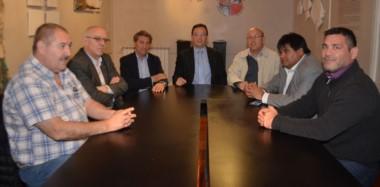 El intendente Maderna junto a funcionarios municipales y dirigentes de Brown y Racing.