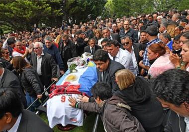 Embanderado. El féretro con los restos de Das Neves llega al Cementerio Privado Jardín del Cielo, donde recibió cristiana sepultura y los últimos saludos de los vecinos.