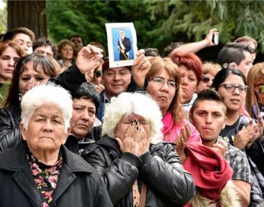 Angustia. Vecinos doloridos acompañaron al mandatario en su despedida final de toda una provincia.