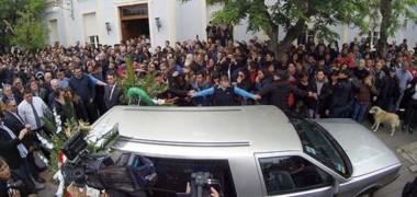La despedida de la gente. Una multitud de vecinos y dirigentes de todo el arco político se acercó hasta la Casa de Gobierno para darle la despedida a Mario Das Neves.