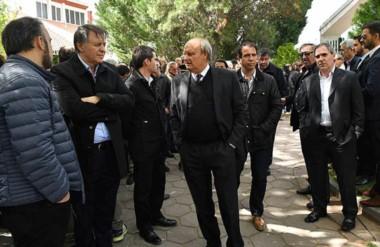 Presentes. De brazos cruzados, el empresario Cristóbal López, bajo la mirada de Néstor Di Pierro.