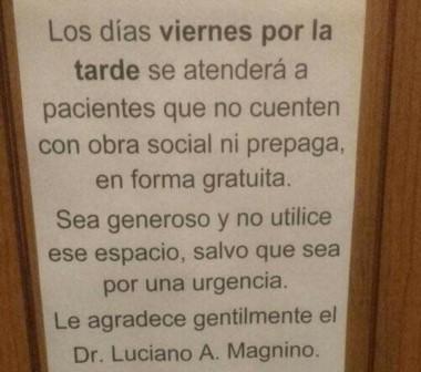 Este el cartel que el solidario médico colocó para avisar a pacientes sin recursos que serán atendidos gratis.