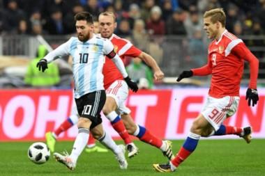 """Messi apareció por momentos para marcar difenrencia, inició la jugada que terminó en gol del """"Kun""""."""