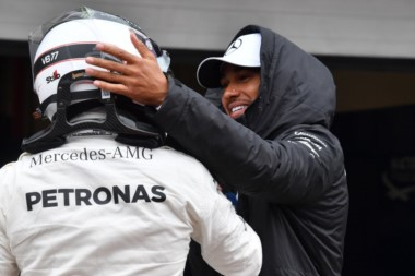 Hamilton felicita a Bottas por su pole.