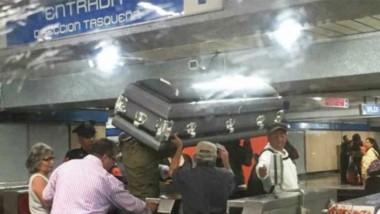 El policía deja pasar a la humilde familia que no pudo pagar un coche fúnebre al cementerio.