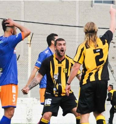 Facundo Vega (N° 2) festeja el gol del triunfo con Cristian García. Los jugadores de Roca no lo pueden creer.