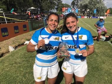 Anael (derecha) y una compañera, lucen con total orgullo y felicidad sus medallas.