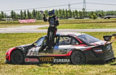 """Festejo del """"Pato"""" Silva tras obtener la victoria en el autódromo de La Plata, con el Mercedes del equipo RV."""