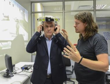 Macri junto a un alumno de ingeniería probando un dispositivo.