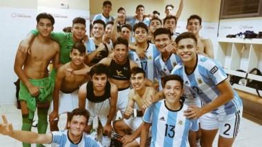 El festejo de los pibes argentinos en el vestuario tras la goleada a Paraguay.