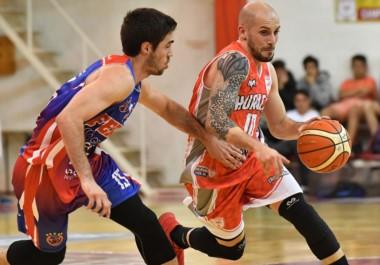 """""""Galli"""" Durante intenta superar en el dribling a Mariano González. Huracán y Ferro ofrecieron un vistoso espectáculo de básquet en el Viglione."""