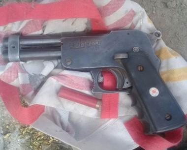 Prueba. La pistola con la que un vecino habría amenazado a otro.