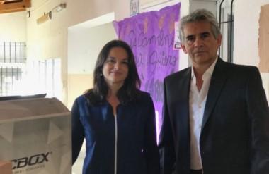 La directora de la institución, Laura Robledo y José Giorgía, en representación de la Fundación IARA.