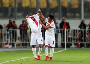 Después del gol, Farfán sacó una camiseta de Paolo Guerrero y posteriormente lloró sobre la cancha.