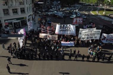 Trabajadores de PepsiCo y el Movimiento Agrupaciones Clasistas concentrados en el Obelisco, rechazan el proyecto de reforma laboral.