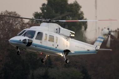 El helicóptero que trasladaba a Mauricio Macri debió descender en un campo a causa de los fuertes vientos.
