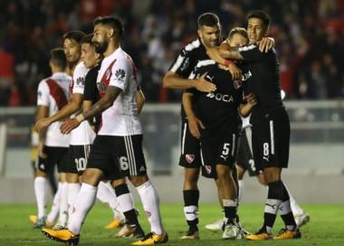 Meza y Gigliotti abrazan a Domingo, autor del gol de la victoria de Independiente.