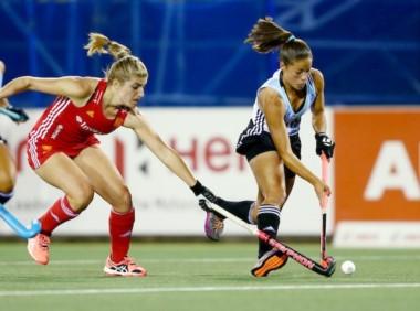 Con un gol de Delfina Merino, LasL eonas vencieron a Inglaterra en su segunda presentación en la etapa final de la Liga Mundial de Auckland .