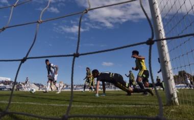 Matías Rojo empuja la pelota en soledad para el 1-0 de Brown. (Foto: Daniel Feldman).